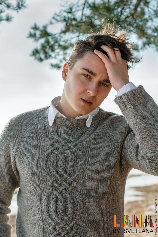 Мужской свитер связан спицами сверху