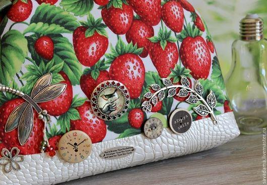 красный белый зеленый клубника зелень купить сумку купить в отпуск купить подарок себе любимой фруктовый кожанный декорированный пуговки фрукты Италия качество недорого скидки коллекции красный белый