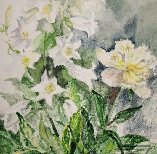 Очень хотелось передать красоту белых колокольчиков и белых пионов. Лето. Цветы. Ароматами наполнен не только сад, но и дом, в котором стоят букеты цветов.