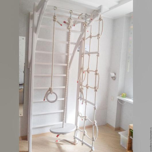 Комплектация: - веревочная сетка-лесенка с жесткими планками - толстый канат с диском - гимнастические кольца - турник (так же подойдет для взрослых до 100 кг) - шведская стенка