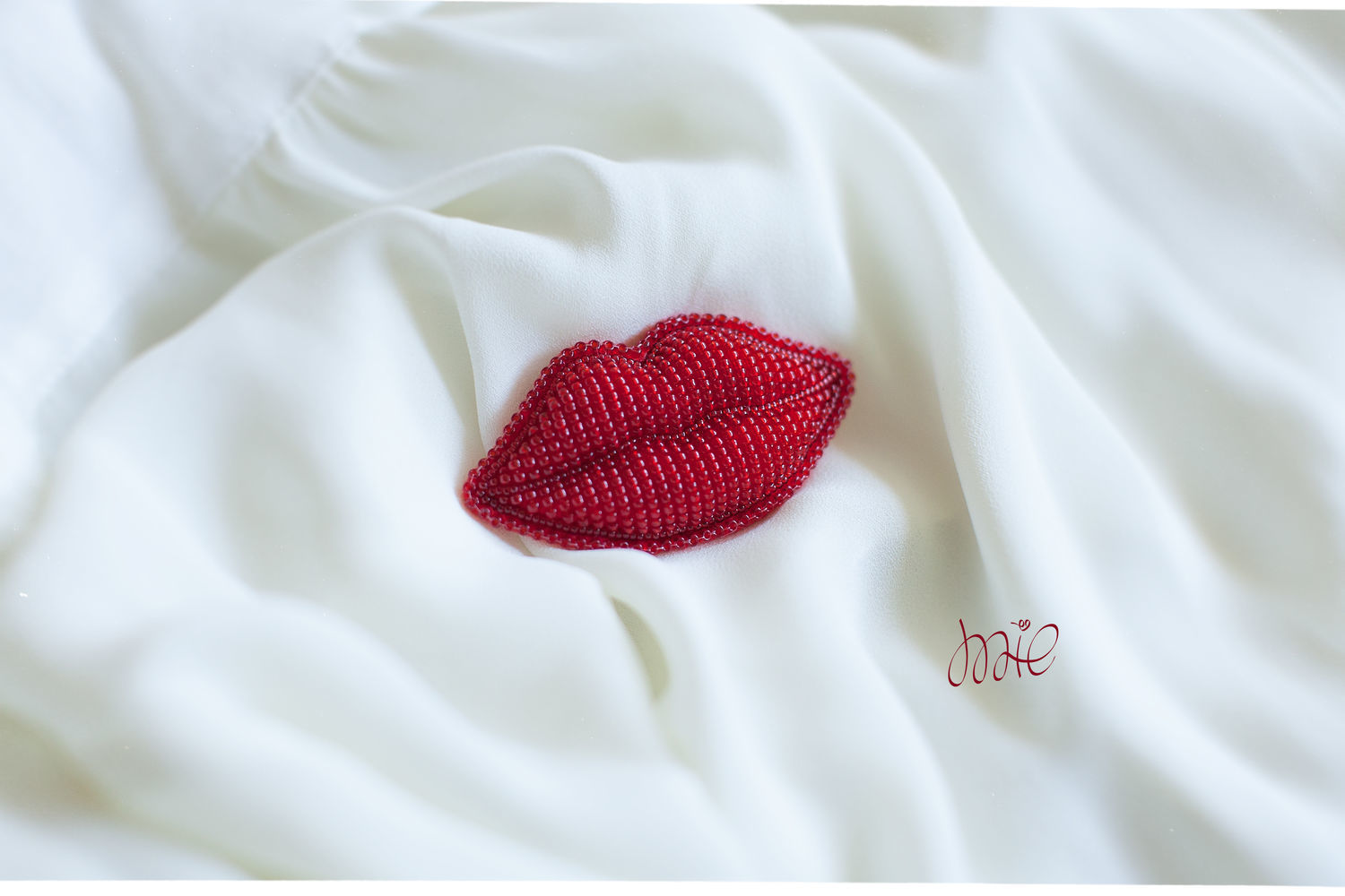 Popular and fashionable brooch in the form of lips.