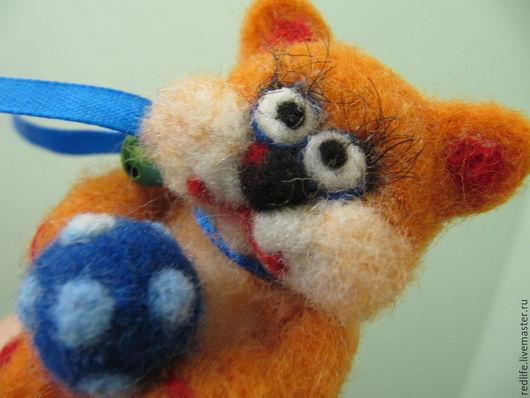 """Миниатюра ручной работы. Ярмарка Мастеров - ручная работа. Купить Войлочная валяная игрушка из шерсти Котенок  """"Лови мячик!..."""". Handmade."""