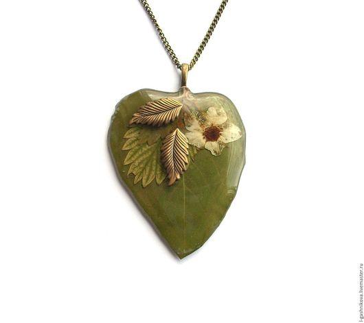 """Кулоны, подвески ручной работы. Ярмарка Мастеров - ручная работа. Купить Кулон-листок """"Осенний лес"""" настоящий листок,цветок земляники,филигрань. Handmade."""