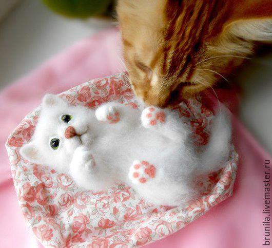 Игрушки животные, ручной работы. Ярмарка Мастеров - ручная работа. Купить Котёнок войлочный Ясенька - игрушка интерьерная. Handmade. Белый