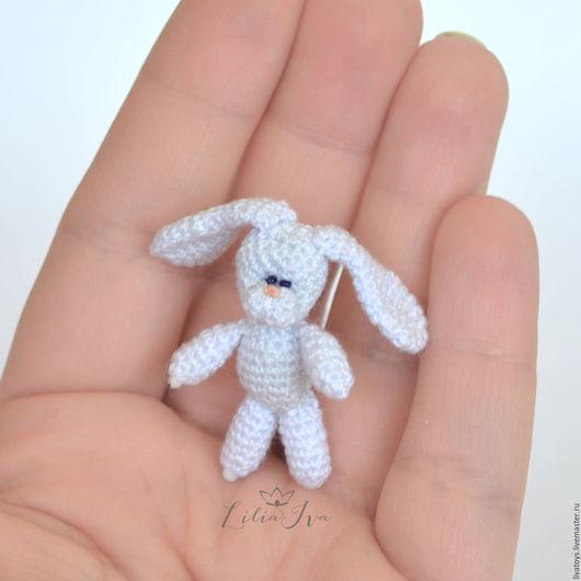 игрушка вязаная заяц, маленькая игрушка амигуруми.
