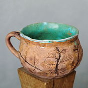 Зеленая керамическая кружка с отпечатками шалфея и тимьяна