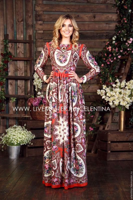 Длинное нарядное летнее платье с цветочным рисунком.