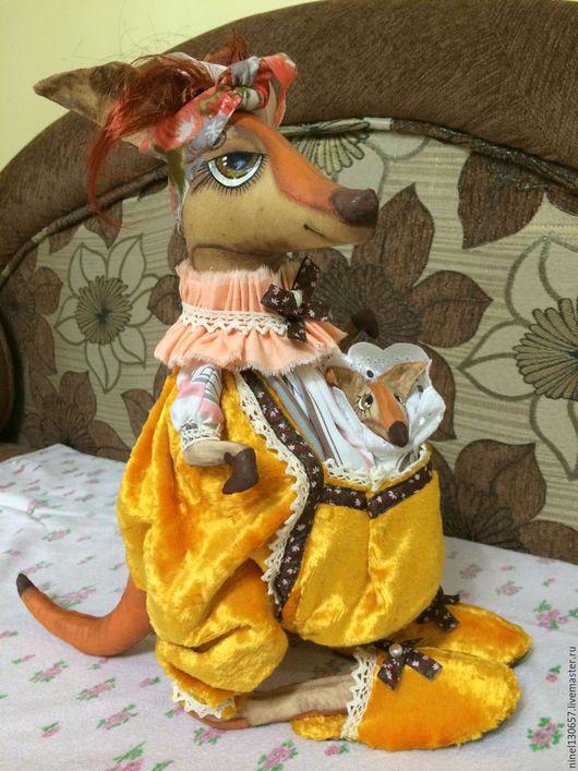 Заботливая мамаша Кенгу с детенышем в кармашке.