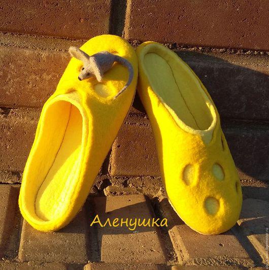 Обувь ручной работы. Ярмарка Мастеров - ручная работа. Купить Тапочки валяные Сырные. Handmade. Желтый, домашняя обувь, подарок