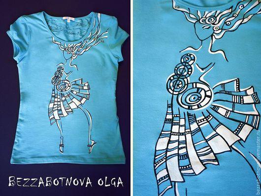 Роспись на футболке акриловыми красками по ткани. Авторская работа. На футболке изображена стилизованная девушка, будто парящая на небе и обдуваемая ветром.