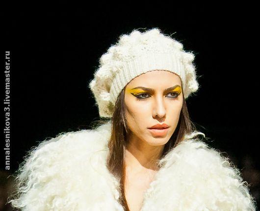 Белая продана вместе с курткой, но на заказ можно сделать любой цвет