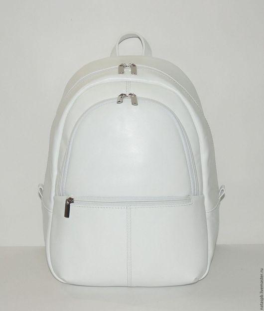 Рюкзак «Палау» сшит из плотной белой кожи. Его вес 700 грамм, это легкий рюкзак, если сравнивать с линейкой кожаных рюкзаков.