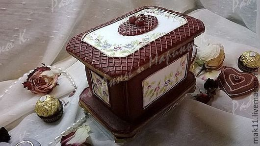 Пряничная шкатулка выполнена из пряного медово - имбирного теста замешанного пряничным способом. Осторожно, очень ароматна и вкусна))) Можно спрятать в нее любимые конфеты любимой ( если знаете)))) ил