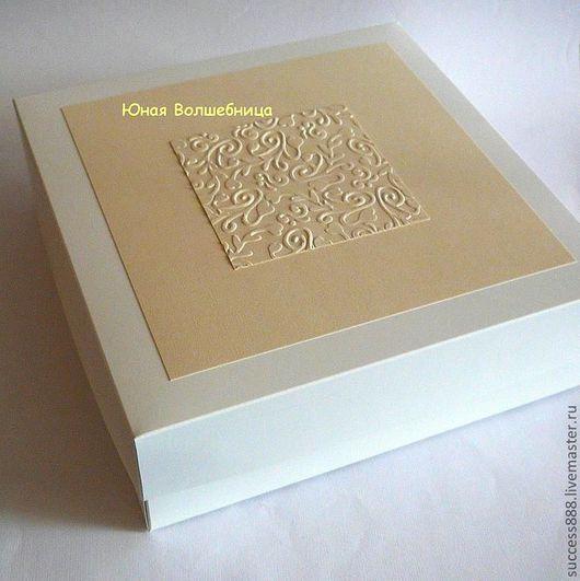 Оригинальная упаковка. Белая коробка задекорирована дизайнерской бумагой цвета айвори с золотистым отливом и тиснением из этой бумаги.