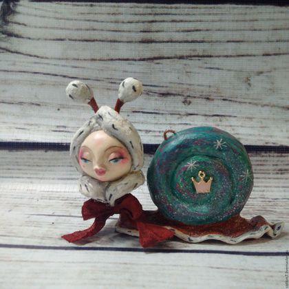 """Коллекционные куклы ручной работы. Ярмарка Мастеров - ручная работа. Купить ватная елочная игрушка """"Улитка придворная зимняя"""". Handmade."""