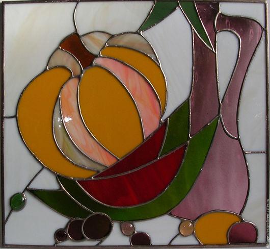 Декоративное панно выполнено вручную из  цветных стекол в технике `тиффани` с применением кабошонов.