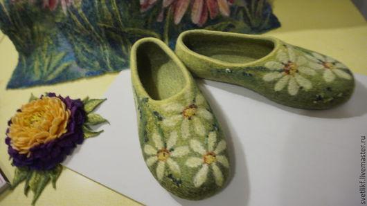 Обувь ручной работы. Ярмарка Мастеров - ручная работа. Купить Тапочки - ромашковые. Handmade. Зеленый, ромашки, тапочки из шерсти