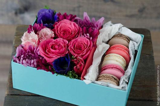 Букеты ручной работы. Ярмарка Мастеров - ручная работа. Купить Цветочная коробка с макарунами. Handmade. Фуксия, цветы в коробке, макаронс