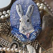 Вышитая бархатная брошь с белым зайцем