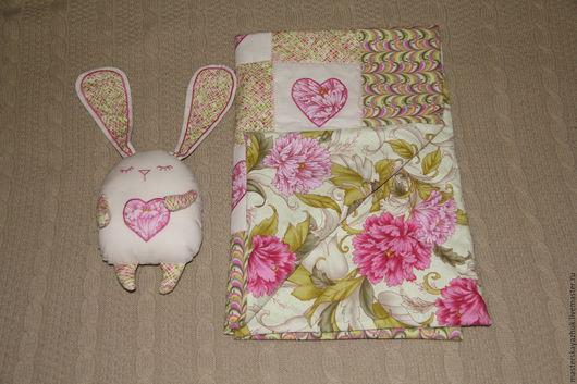 Пледы и одеяла ручной работы. Ярмарка Мастеров - ручная работа. Купить детское покрывало и подушка зайчик. Handmade. Розовый