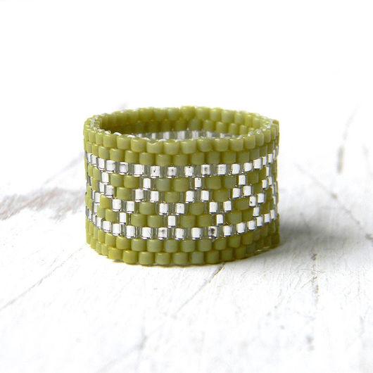 Кольца ручной работы. Ярмарка Мастеров - ручная работа. Купить Широкое оливковое кольцо из бисера - необычное украшение ручной работы. Handmade.