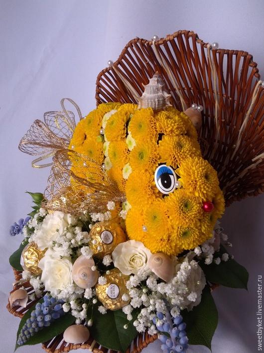"""Букеты ручной работы. Ярмарка Мастеров - ручная работа. Купить Композиция из живых цветов и конфет """"Золотая рыбка"""" к 8 марта маме. Handmade."""