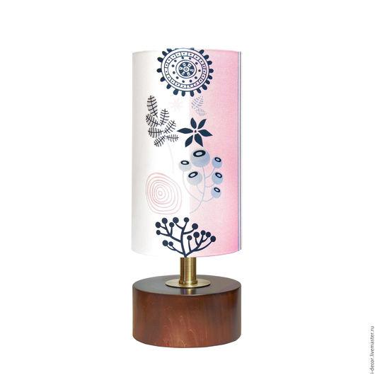 Настольная лампа с дизайнерским абажуром из Розовой коллекции. Настольная лампа прекрасно впишется в интерьер спальни или детской.  Дизайнерская лампа - стильный подарок на новоселье и на свадьбу.