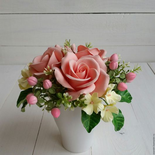Букеты ручной работы. Ярмарка Мастеров - ручная работа. Купить Букетик в чашке с розами и ягодами гиперикума. Handmade. Кремовый