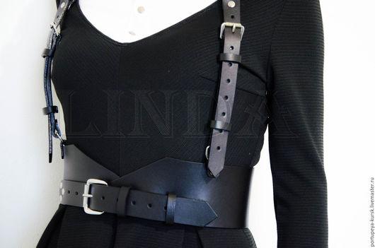 Портупея с широким поясом. Эта модель доступна в черном, белом, красном, коричневом цвете. Ременная итальянская кожа идеально держит форму и не красит одежду.