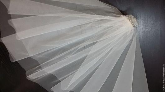 Фата `Алина` с простым (обрезанным) краем представлена в двух цветах : белый и молочный ( айвори ). Такая модель фаты подходит практически к любому образу.