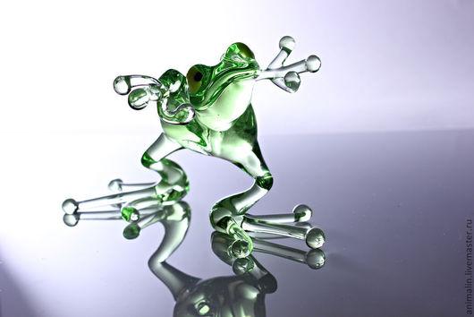 Статуэтки ручной работы. Ярмарка Мастеров - ручная работа. Купить Стеклянная фигурка танцющей лягушки (большая). Handmade. Салатовый, осока