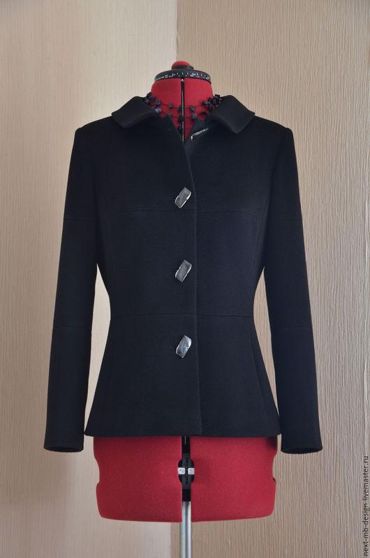 Верхняя одежда ручной работы. Элегантный облегающий жакет из однотонной чёрной 100% итальянской шерсти.