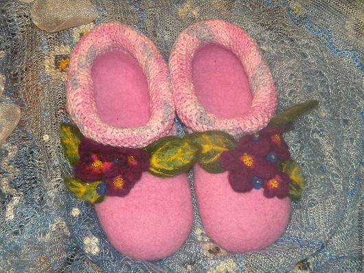 """Обувь ручной работы. Ярмарка Мастеров - ручная работа. Купить Валяные тапочки """"Фиалки"""". Handmade. Сиреневый, фиолетовый, домашние тапочки"""
