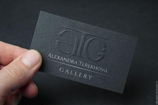 Бесцветное тиснение логотипа