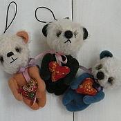 Куклы и игрушки ручной работы. Ярмарка Мастеров - ручная работа мишка с сердечком елочная игрушка или брелок. Handmade.