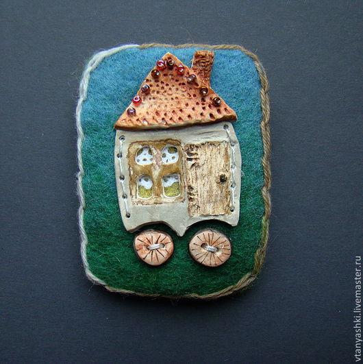 """Броши ручной работы. Ярмарка Мастеров - ручная работа. Купить брошь """"домик на колесах"""". Handmade. Домик, ладолл, войлок"""