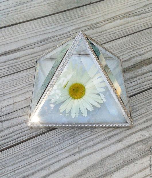 Белая пирамида. Стеклянная шкатулка для украшений. Витражное стекло, фацеты. Техника Тиффани
