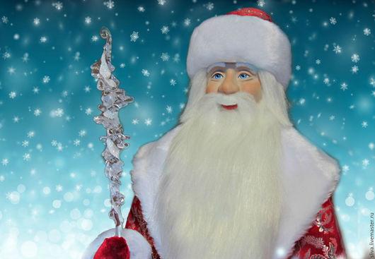 Кукла Дед Мороз праздничный 60 см в красной парчовой шубе с мехом, меховой шапке, с волшебным «хрустально-ледяным» посохом и мешком для подарков.