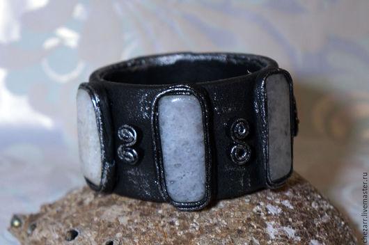 Браслеты ручной работы. Ярмарка Мастеров - ручная работа. Купить Широкий кожаный браслет с льдистым кварцем.. Handmade. Чёрно-белый