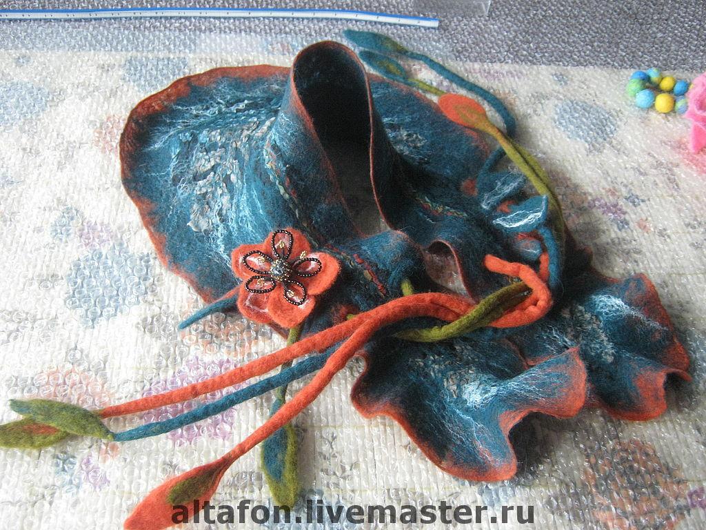 воротник шарфик с завязками-жгутами и  застёжкой-брошью. украшен волокнами шёлка и фрагментами шёлкового платка.изумрудно-охристо-оранжевый.