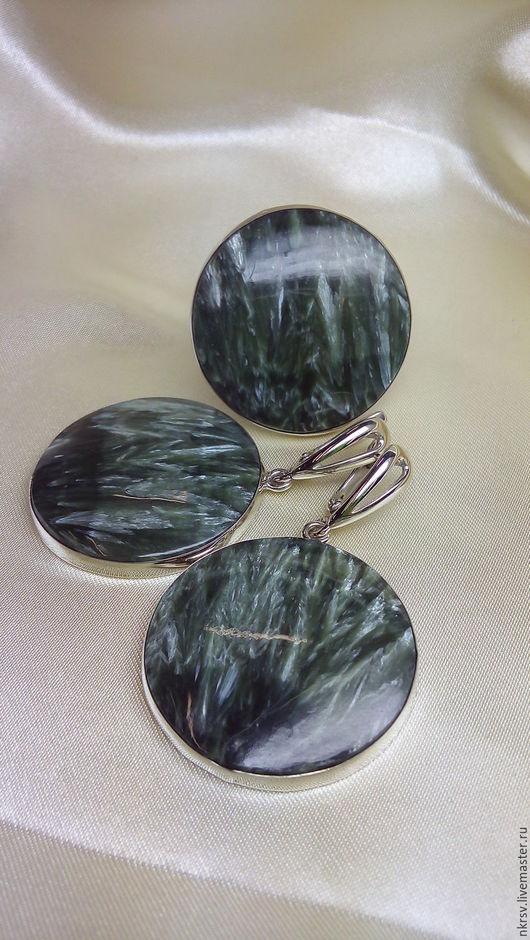 Комплект украшений ручной работы из натурального клинохлора (серафинита) в серебре.
