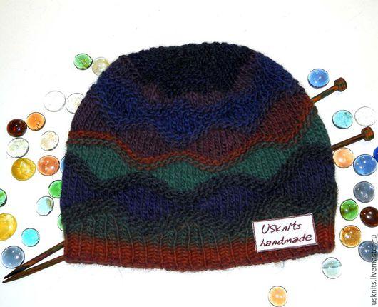 Вязаная  шапка (шапочка) `Разноцветные ромбы` выполнена  из чистошерстяной пряжи. Шапка плотно прилегает по голове, теплая,  мягкая.