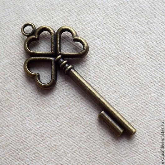 Фурнитура для создания украшений - подвеска винтажный ключ трилистник для кулона, брелока, браслета. Ключ в виде листа клевера. Цвет подвески античная бронза. Ключ двусторонний. Размер ключа 5,5х2,3 см.