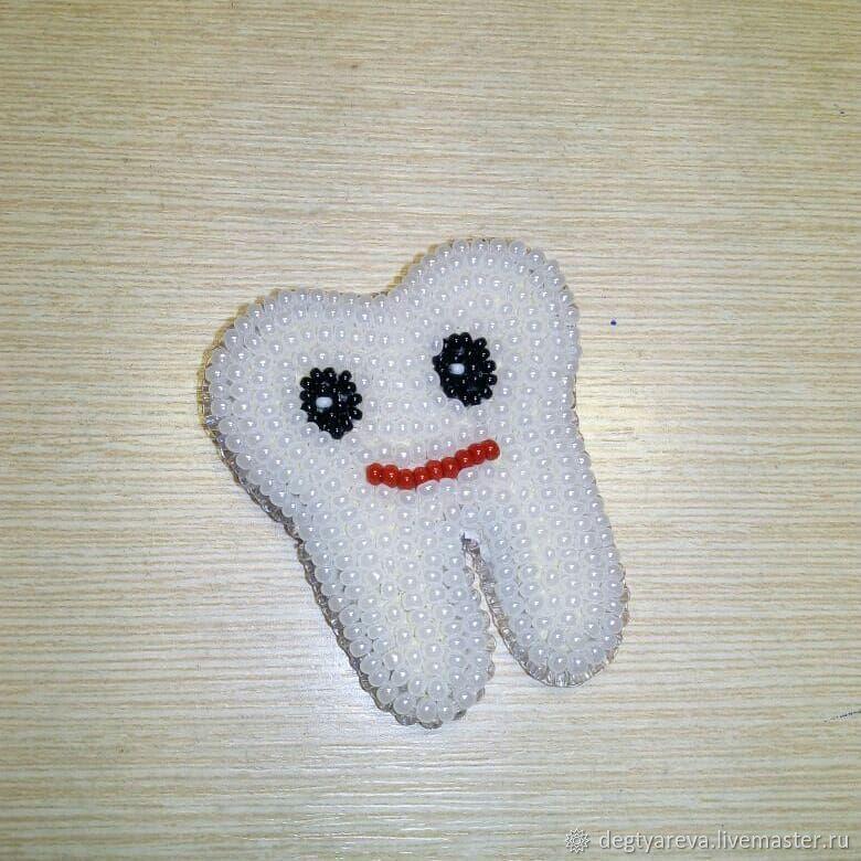 Брошь зубик из бисера