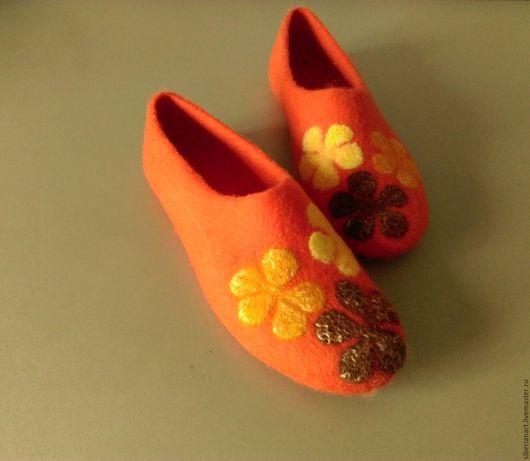 """Обувь ручной работы. Ярмарка Мастеров - ручная работа. Купить Валяные тапочки """" Цветы на оранжевом  """". Handmade. Рыжий"""