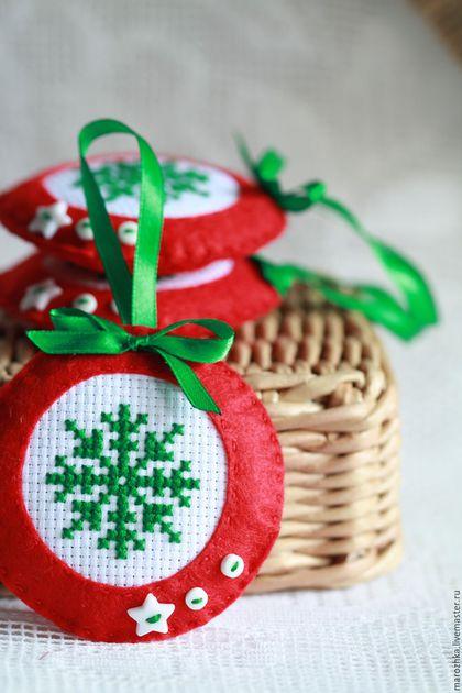 Новый год 2017. Ярмарка Мастеров - ручная работа. Купить Елочное новогоднее украшение из фетра. Handmade. Белый, красный, зеленый