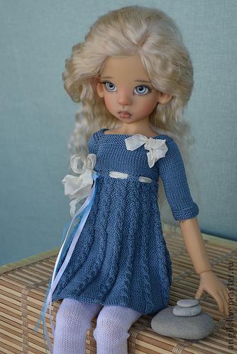 Платья куклам спицами с описанием
