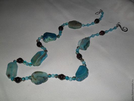 Эксклюзивное украшение, состоящее из семи камней резаного агата, каждый из которых является индивидуальным и неповторимым. Дополнением служат маленькие бусины кошачьего глаза и битого стекла. Фурнитур