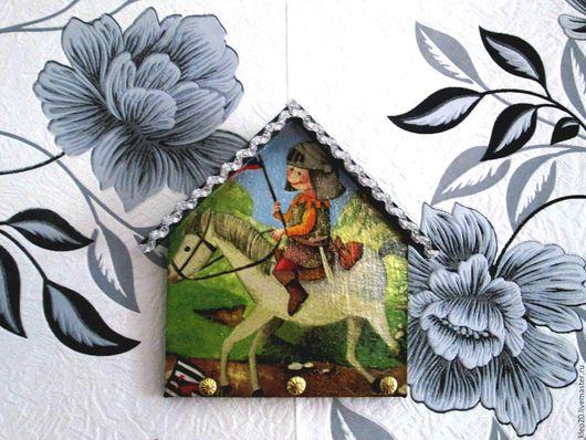 Ключница настенная декоративная же станет настоящим украшением любого дома, а порой может заменить и небольшую картину.