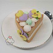 Кукольная еда ручной работы. Ярмарка Мастеров - ручная работа Игрушечный торт из фетра с кремом и цветами из безе Весна. Handmade.